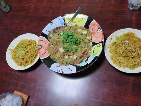 餃子の具とパパイヤ・ロールイカ・スパムの八宝菜風、ブラジルやきそばUFO