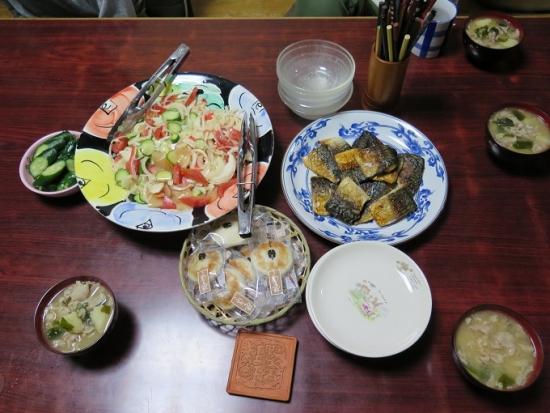 塩さば、焼きかまぼこ、きゅうりぬか漬け、豚肉とジャガイモの味噌汁、サラダ
