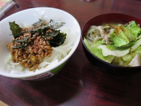 オニオン納豆、豚肉とキャベツの味噌汁