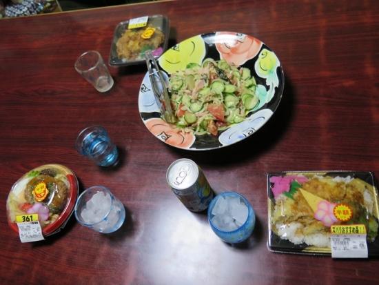 半額弁当、魚肉ソーセージサラダ