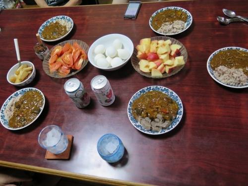 キーマカレーゆで卵添え、桃、トマト