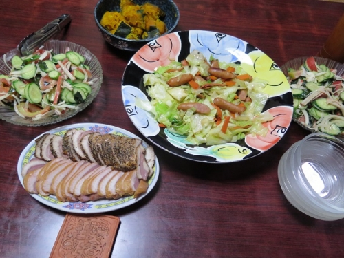 ウィンナー野菜炒め、カボチャ煮付け、合鴨燻製、わかめとカニカマのサラダ