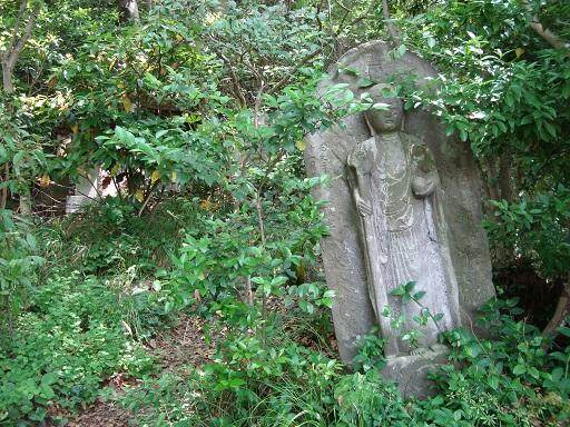 王城山横穴墓群往路石仏