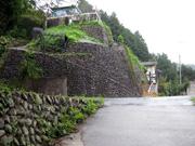 003目の前の石垣の上へ登る