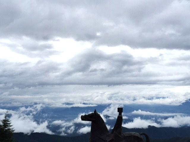 雲上を歩く馬