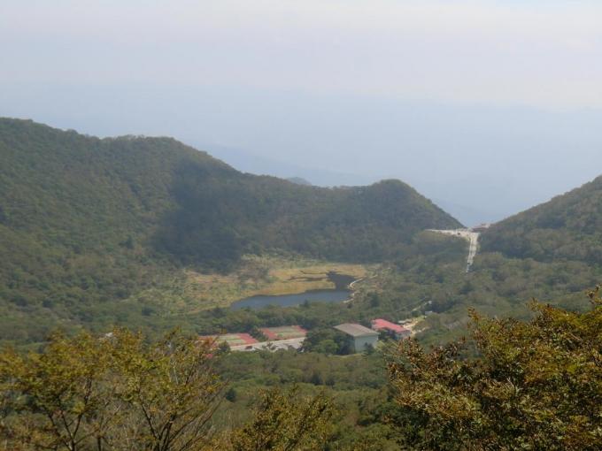 覚満渕と篭山、鳥居峠
