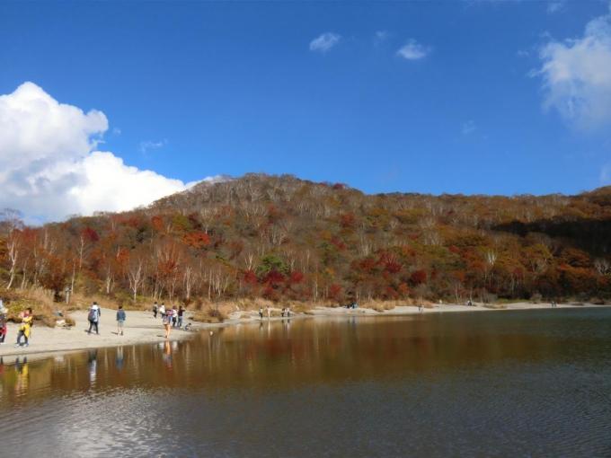 賑やかな小沼湖畔
