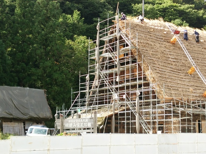 旧遠山家民俗館 文化財保存修理事業の実施に伴い、旧遠山家民俗館につきまして平成26年11月1日~平成28年3月31日までの期間休館中ですが、茅葺き屋根の葺き替え風景 ⑥