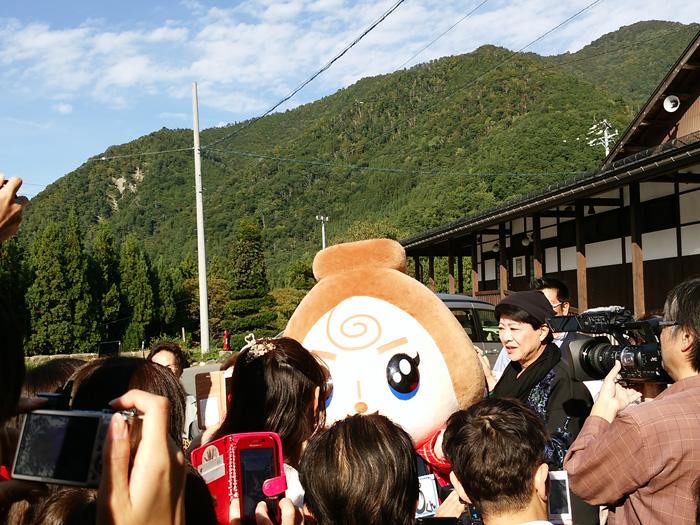 歌手の美川憲一さんが白川郷に!! デザインの一部を手掛けた白川郷のゆるキャラ「しらかわGOくん」と一緒にPR ④