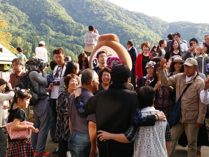 歌手の美川憲一さんが白川郷に!! デザインの一部を手掛けた白川郷のゆるキャラ「しらかわGOくん」と一緒にPR ⑦