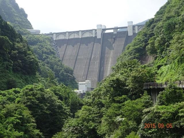 浦山ダムを下たから眺める