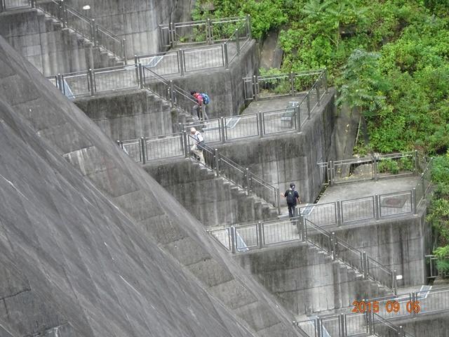 このダムの階段を歩いて上る仲間たち
