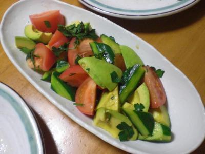 トマト・アボカド・キュウリのサラダ