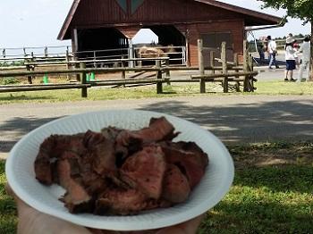 牛を見ながら牛肉を食す