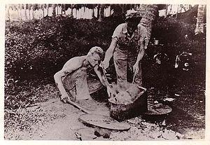 日本人の頭部を煮るアメリカ兵(1944年アメリカ軍撮影)