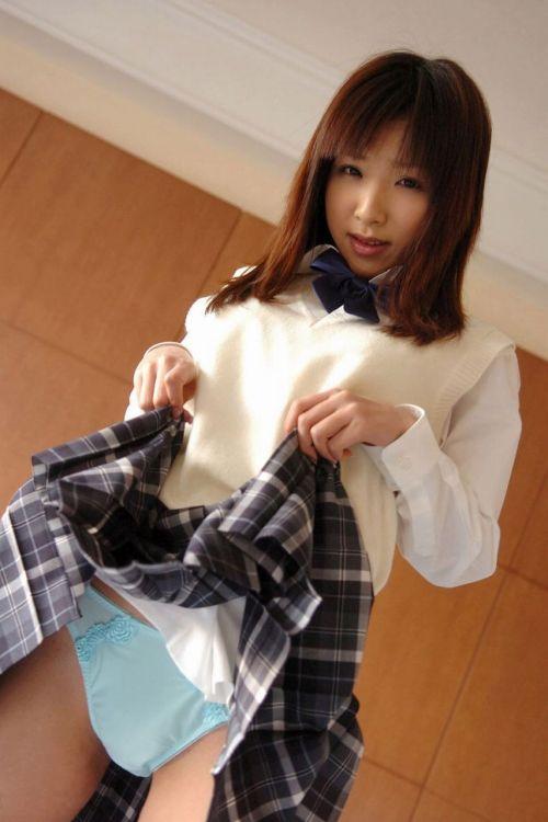スカートをたくし上げる手に注目したいJKの見せパン画像! 39枚 No.30