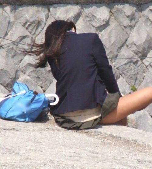 【盗撮画像】 階段や地面に座ったJKのミニスカの中が見えちゃってるわ 36枚 No.9