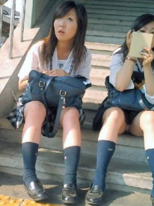 【盗撮画像】 階段や地面に座ったJKのミニスカの中が見えちゃってるわ 36枚 No.17