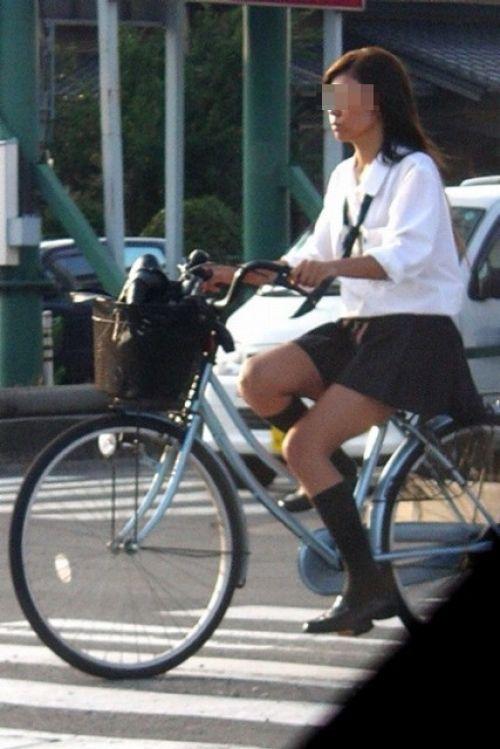【盗撮画像】ミニスカの女子高生が自転車に乗ってるとパンチラしちゃうよね 39枚 No.2