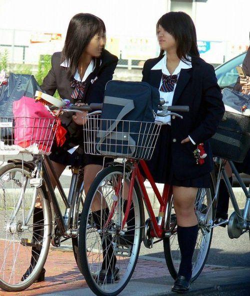 【盗撮画像】ミニスカの女子高生が自転車に乗ってるとパンチラしちゃうよね 39枚 No.4