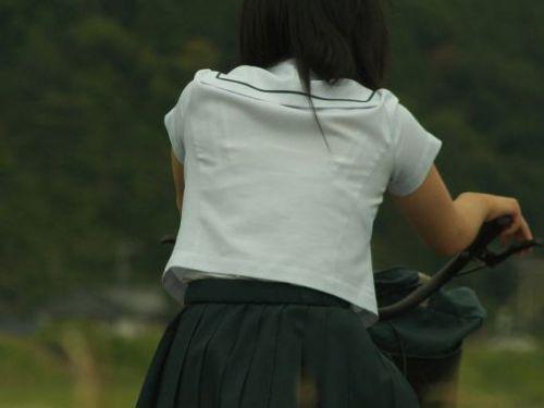 【盗撮画像】ミニスカの女子高生が自転車に乗ってるとパンチラしちゃうよね 39枚 No.28
