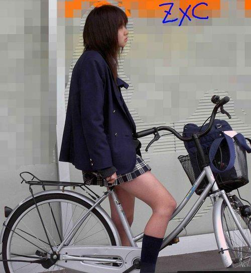 【盗撮画像】ミニスカの女子高生が自転車に乗ってるとパンチラしちゃうよね 39枚 No.10
