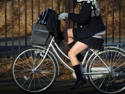 【盗撮画像】ミニスカの女子高生が自転車に乗ってるとパンチラしちゃうよね 39枚 No.15