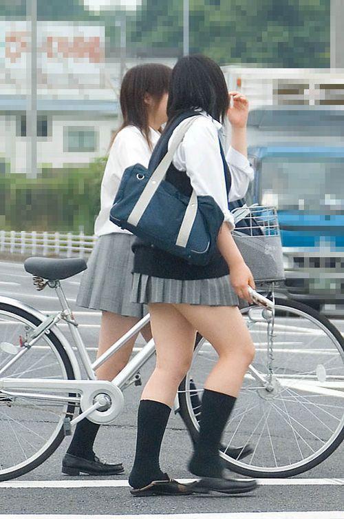 【盗撮画像】ミニスカの女子高生が自転車に乗ってるとパンチラしちゃうよね 39枚 No.19
