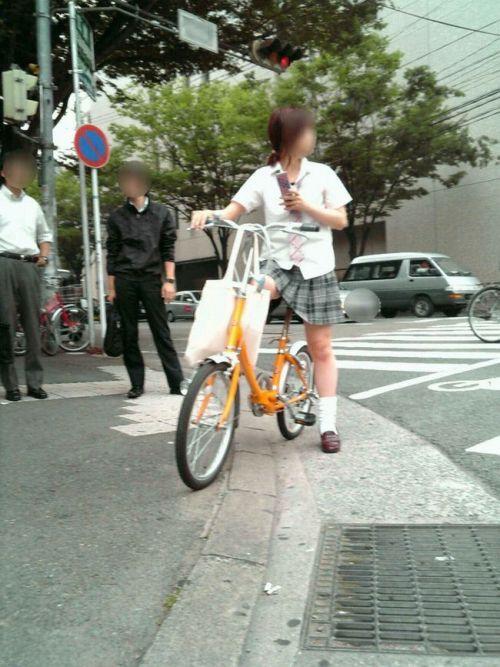 【盗撮画像】ミニスカの女子高生が自転車に乗ってるとパンチラしちゃうよね 39枚 No.20
