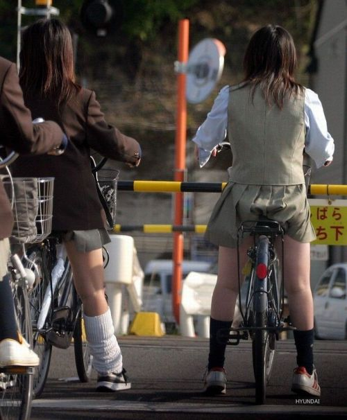 【盗撮画像】ミニスカの女子高生が自転車に乗ってるとパンチラしちゃうよね 39枚 No.21