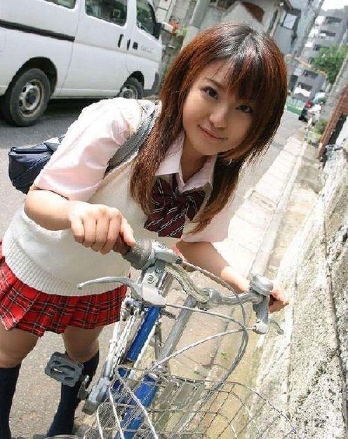 【盗撮画像】ミニスカの女子高生が自転車に乗ってるとパンチラしちゃうよね 39枚 No.24