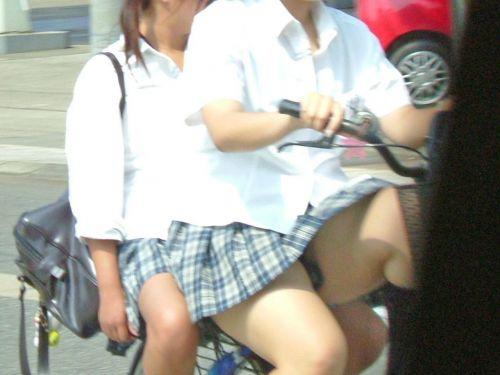 【盗撮画像】ミニスカの女子高生が自転車に乗ってるとパンチラしちゃうよね 39枚 No.25