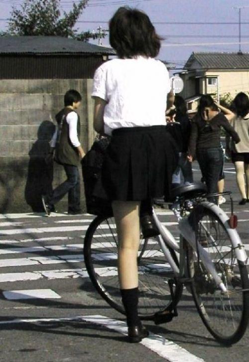 【盗撮画像】ミニスカの女子高生が自転車に乗ってるとパンチラしちゃうよね 39枚 No.26