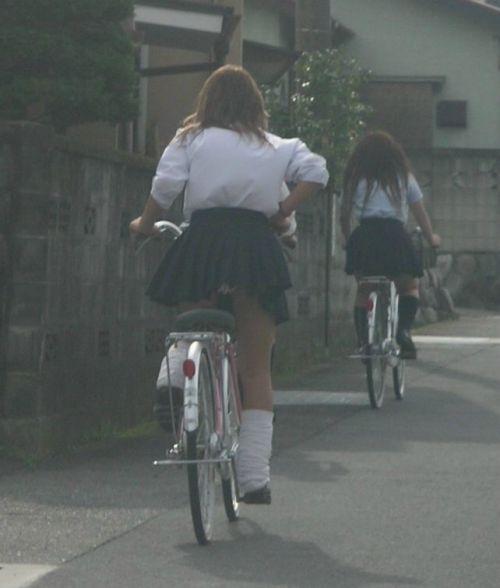 【盗撮画像】ミニスカの女子高生が自転車に乗ってるとパンチラしちゃうよね 39枚 No.30