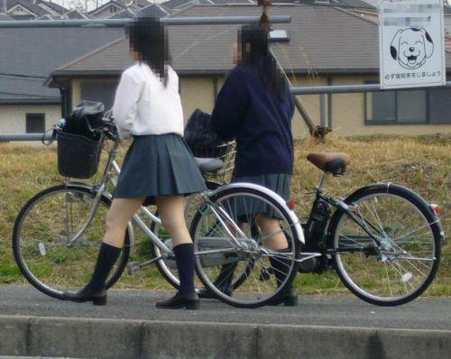 【盗撮画像】ミニスカの女子高生が自転車に乗ってるとパンチラしちゃうよね 39枚 No.32