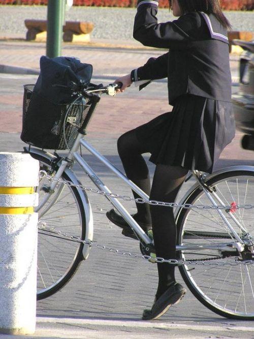 【盗撮画像】ミニスカの女子高生が自転車に乗ってるとパンチラしちゃうよね 39枚 No.33