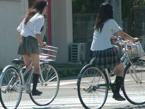 【盗撮画像】ミニスカの女子高生が自転車に乗ってるとパンチラしちゃうよね 39枚 No.35