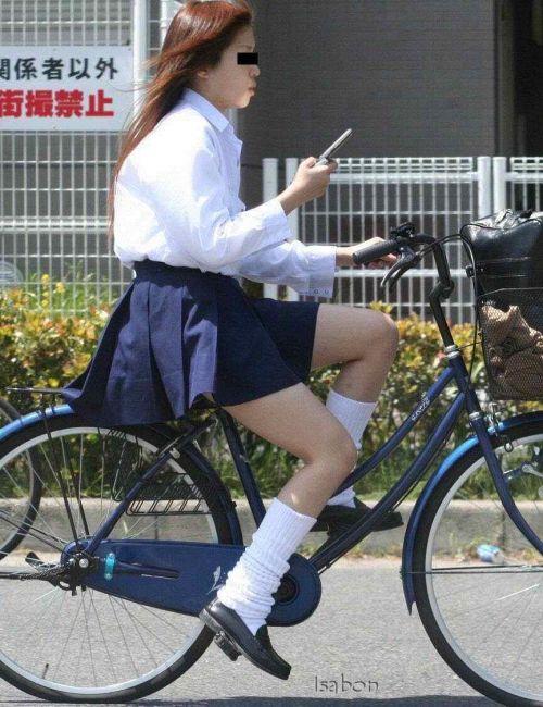 【盗撮画像】ミニスカの女子高生が自転車に乗ってるとパンチラしちゃうよね 39枚 No.37