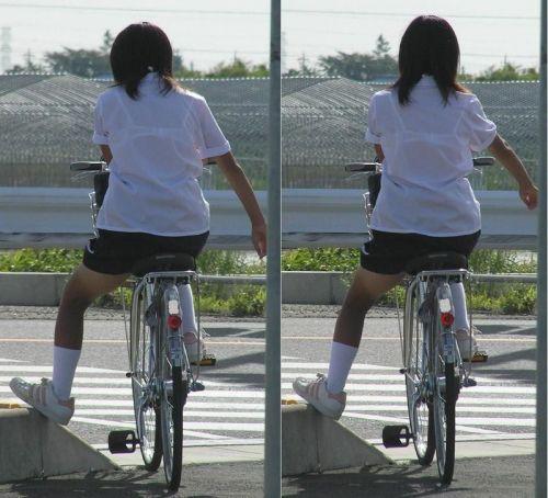 【盗撮画像】ミニスカの女子高生が自転車に乗ってるとパンチラしちゃうよね 39枚 No.39