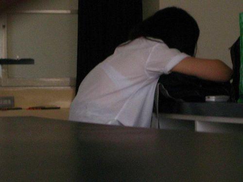 【画像】ブラウスが透けてる女子高生のブラ紐が大人っぽくてエロい 38枚 No.7