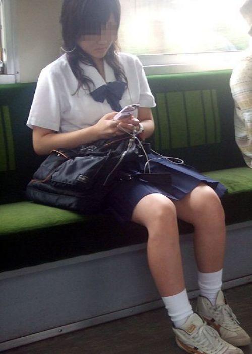 【画像】 電車で大胆に座ってる女子高生の無防備な太ももがエロ過ぎww 38枚 No.10