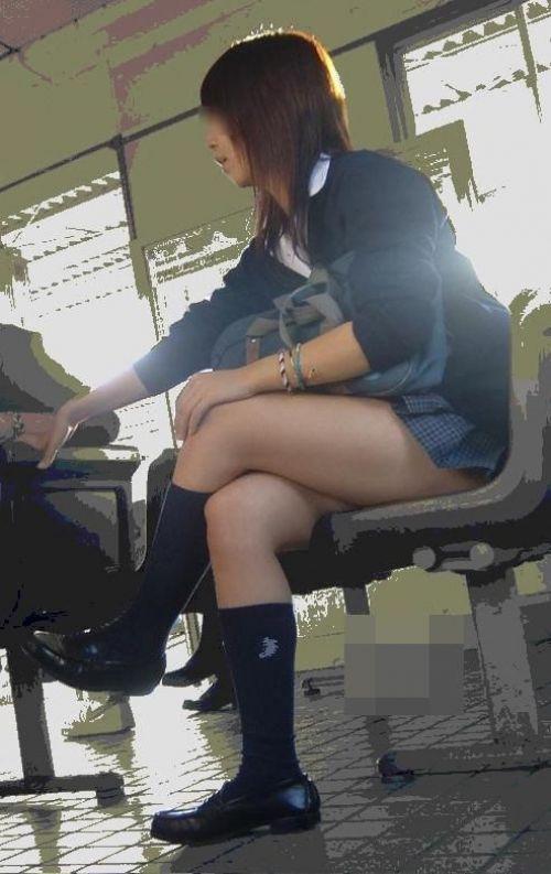 【画像】 電車で大胆に座ってる女子高生の無防備な太ももがエロ過ぎww 38枚 No.2