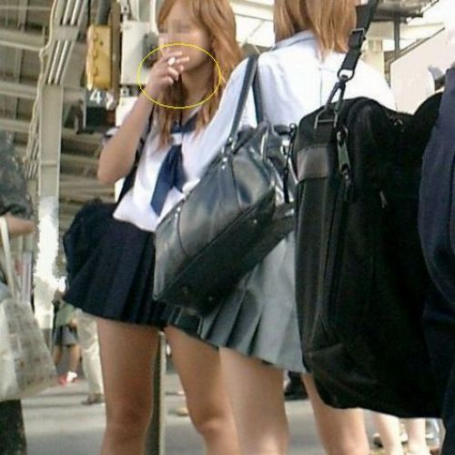 【画像】 電車で大胆に座ってる女子高生の無防備な太ももがエロ過ぎww 38枚 No.5