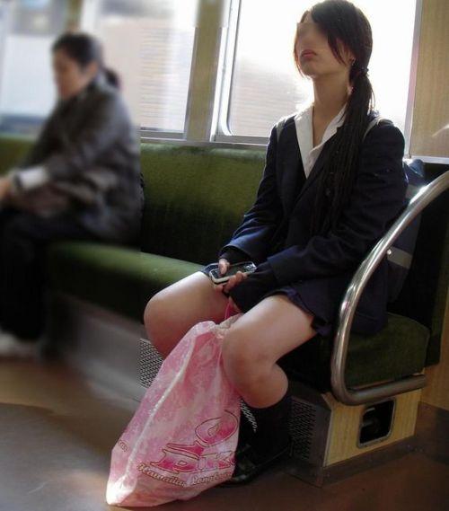 【画像】 電車で大胆に座ってる女子高生の無防備な太ももがエロ過ぎww 38枚 No.6