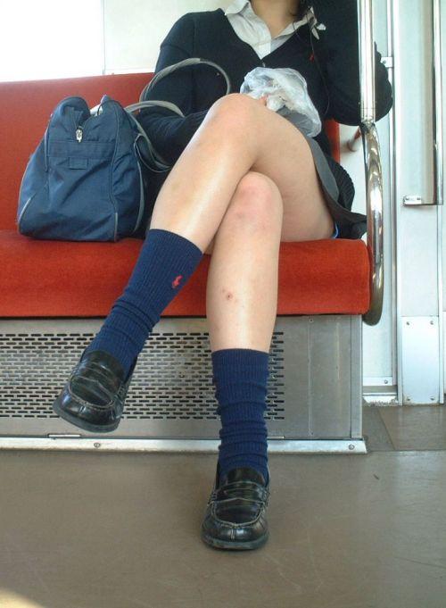 【画像】 電車で大胆に座ってる女子高生の無防備な太ももがエロ過ぎww 38枚 No.7