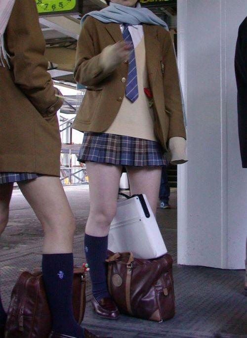【画像】 電車で大胆に座ってる女子高生の無防備な太ももがエロ過ぎww 38枚 No.8