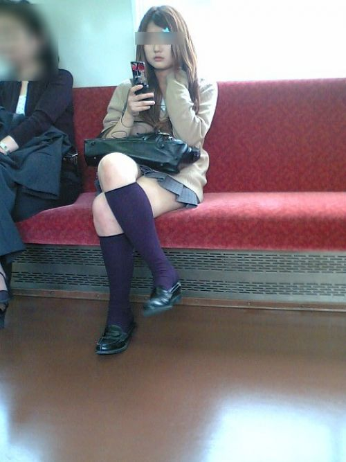 【画像】 電車で大胆に座ってる女子高生の無防備な太ももがエロ過ぎww 38枚 No.9