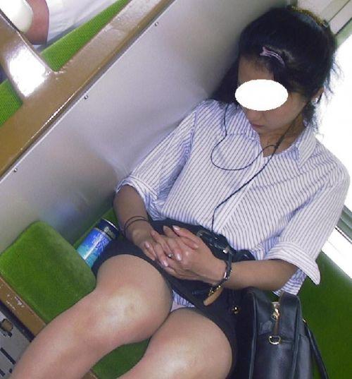 【画像】 電車で大胆に座ってる女子高生の無防備な太ももがエロ過ぎww 38枚 No.11