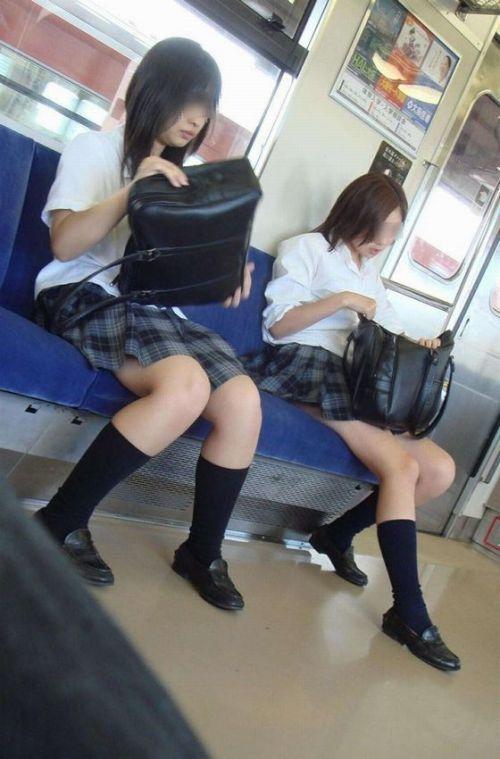【画像】 電車で大胆に座ってる女子高生の無防備な太ももがエロ過ぎww 38枚 No.12