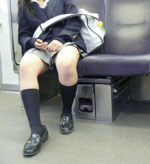 【画像】 電車で大胆に座ってる女子高生の無防備な太ももがエロ過ぎww 38枚 No.15